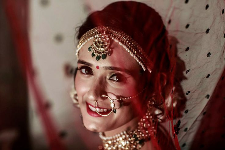 A gorgeous matha patti with pearl danglers for bride Pankhuri Awasthy
