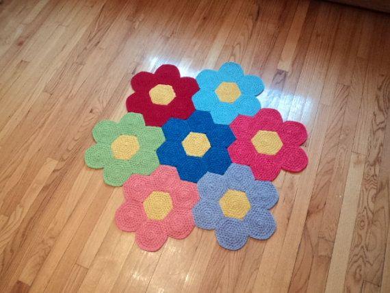 Esta alfombra de flores fue hecha con mucho cuidado y amor! Personalmente teñir la lana para hacer esta alfombra luego de ganchillo y lo cosieron. Es tan divertido y alfombra colorida, para alegrar un dormitorio o play room.  Medidas: 3 pies ancho (tres flores a través de) colores: verde, melocotón, rosa, rojo, lavanda púrpura, azul de bebé y med azul hecho con lana 100% de la cal.    Hecho en un hogar acogedor gratis, pet humo.  Coste de envío es por correo prioritario. La alfombra es…