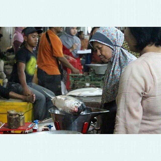Timbang Ikan. Pengunjung Pasar Bandeng Awasi Timbangannya - @oktawakhdiantoro