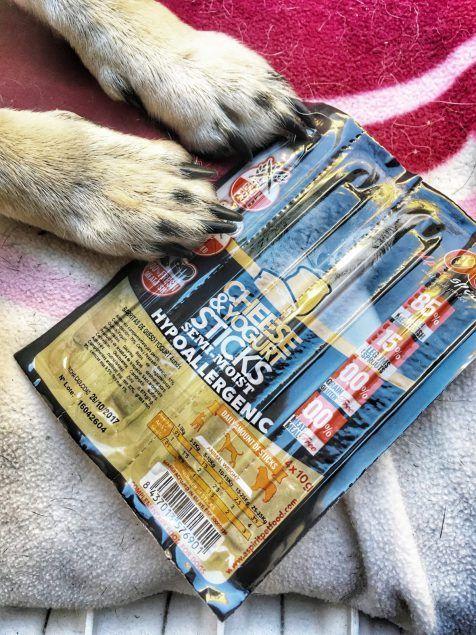 Leckerliezeit! #leckerlie #hunde #essen #futter #hund #welpen #mischling #vivadogs #leckerlies #hundeliebe #pfötchen