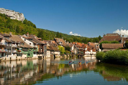 Petite ville de 4 000 âmes, Ornans est traversée par la rivière de la Loue
