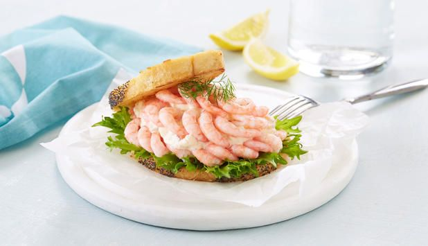 Et deilig rekesmørbrød passer godt til frokost, lunsj eller på koldtbord, og er lett å lage.