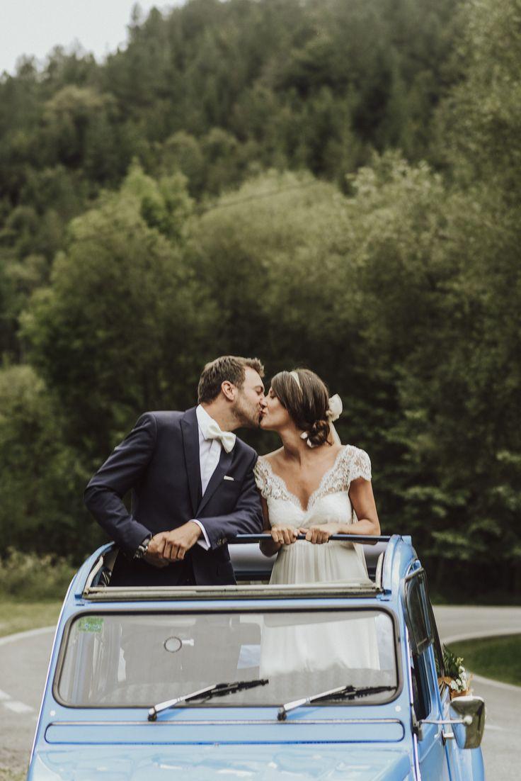 CÏTROEN 2CV   A magical wedding celebrated just outside San Sebastian, in Usategieta, a rural farm with family atmosphere.