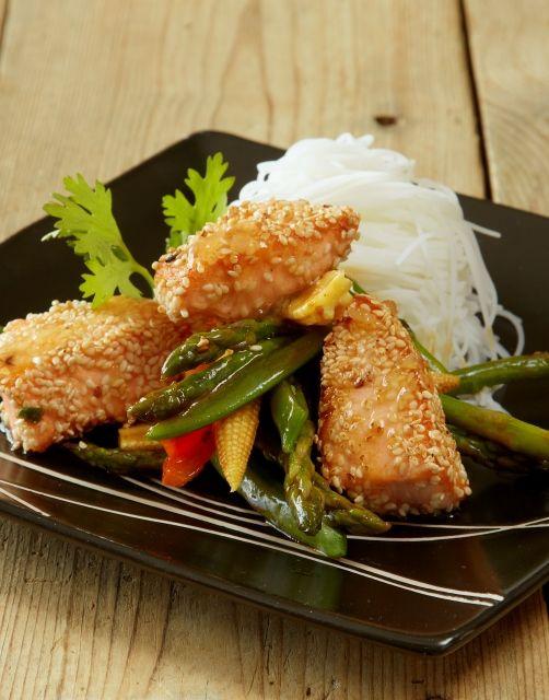 Sesampanert laks med risnudler & grønnsaker