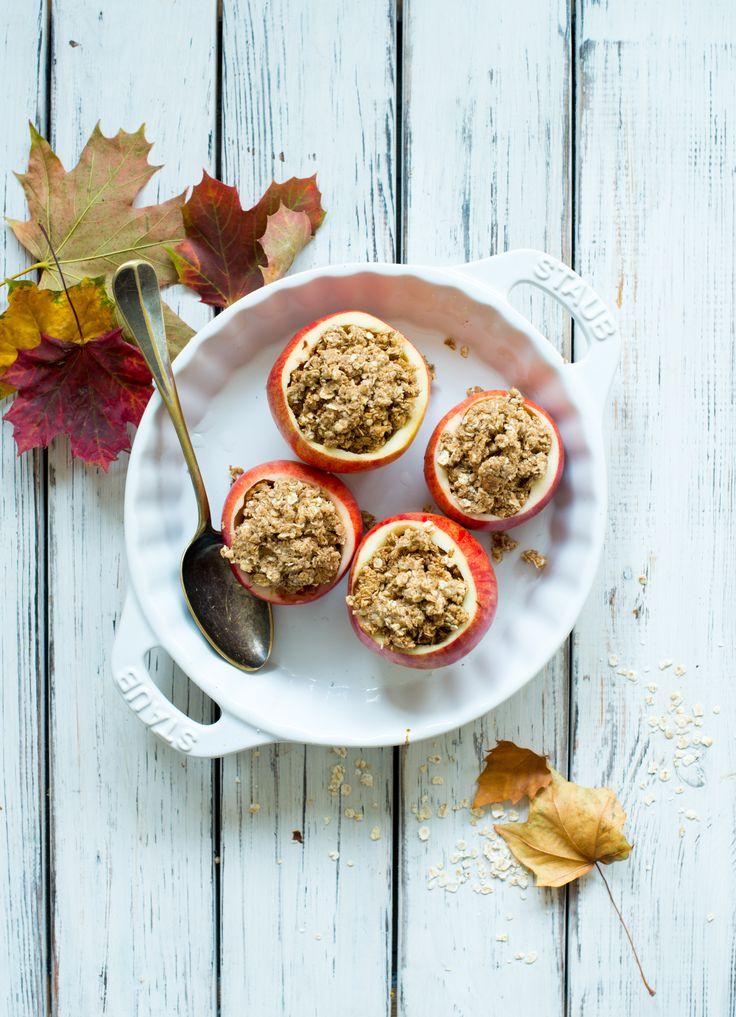 Bagte æbler med chokolade, crumble og hasselnøddeis