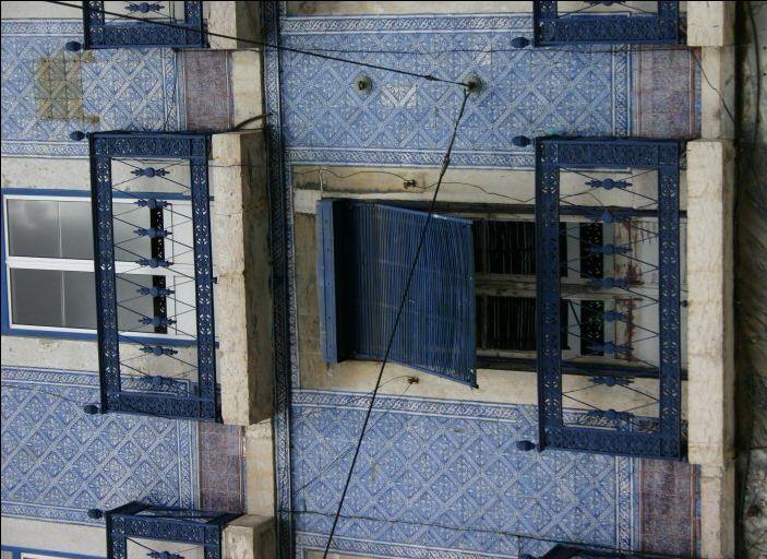 Blaue Hausfassade mit Fliesen / Kacheln in Lissabon, Portugal  www.claudoscope.eu