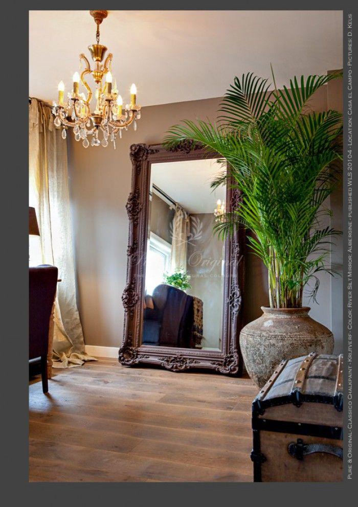 Op de want de Classico #krijtverf in de kleur River Silt en op de spiegel Aubergine. Locatie: Casa el Campo. Foto D. Keus gepubliceerd in Wonen Landelijke Stijl 2010-4