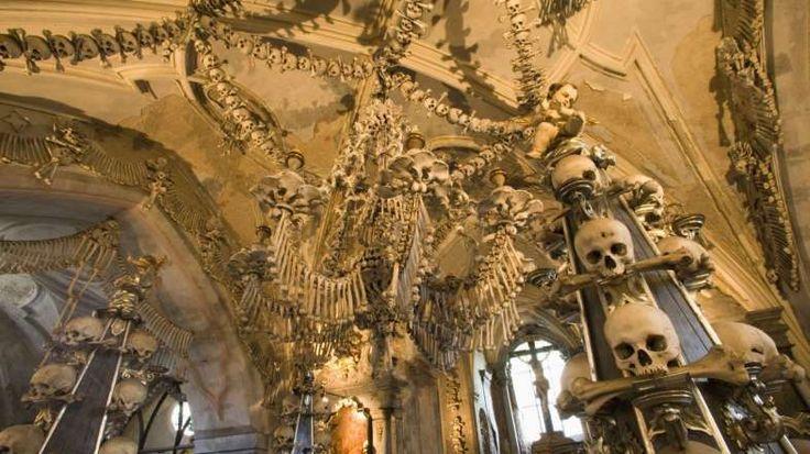 Questo ossario all'interno del cimitero di Sedlec si trova nei pressi di Kutná Hora. Le decorazioni ... - De Agostini Picture Library