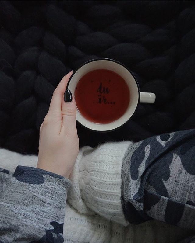 Godmorgon 2018, såhär startat jag dagen, myskläder, stor filt och te i sängen framför tv:n med en mugg från mamma som det står du är... bäst! haha bra nyårs pepp kände jag! 🎇 ---------------------------------------------------- idag blir en lugn dag, mys med killen och vovven framför massa bra filmer! Minns alltid när jag var liten, denna dagen brukar ju vara fylld med roliga hemma aktiviteter med familjen och ett besök till den stora snökullen i Blekinge, men nu är det ju inte ens snö 🙈…