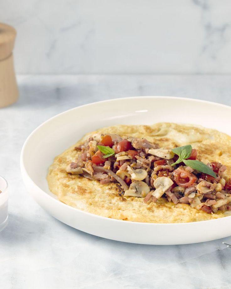 Deze eierwraps met parmezaan, spek, champignons en andere groentjes zijn heerlijk als ontbijt of voor de lunch. Lekker pittig geserveerd met sriracha-ketchup!