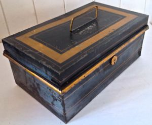 Antiquité. Collection. Grand coffre en fer. Angleterre