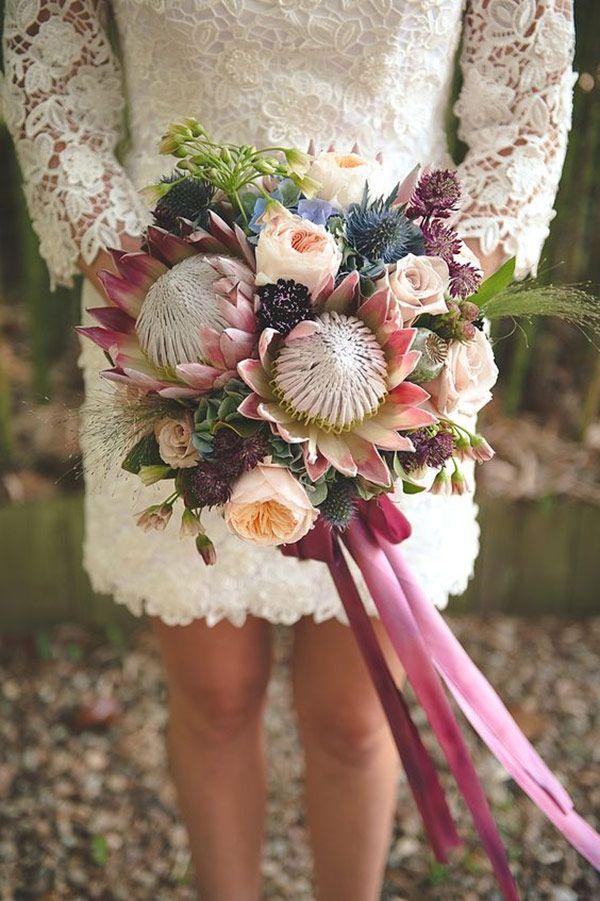 Tem uma tendência bem forte nos Estados Unidos que tambémestá pegandopor aqui: os bouquets de noiva com protea! Inspire-se com essas ideias lindas!Ã'Â