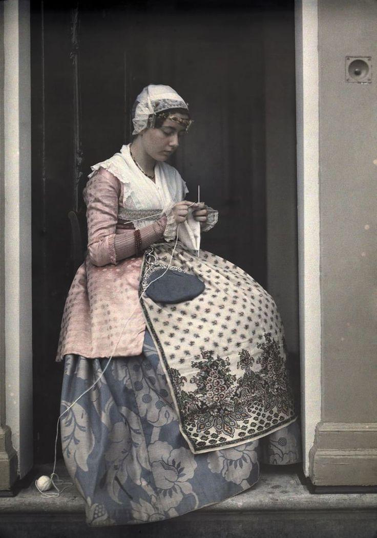 Tradizioni nordiche Fotografia di Wilhelm Tobien  Una giovane donna che sembra essere uscita da un dipinto fiammingo si dedica al cucito a Koog aan de Zaan, Paesi Bassi, nel 1931.