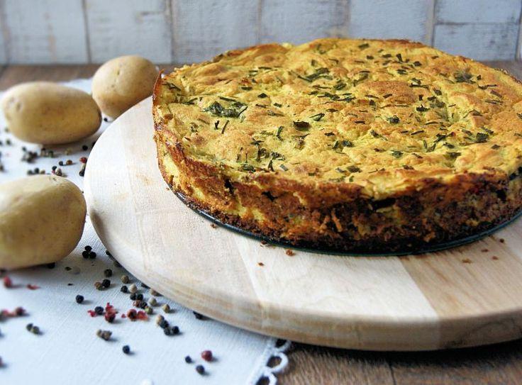 Gdy nie masz już pomysłu na obiad. W lodówce resztki warzyw i jajka. Gdy na widok mięsa twoje kubki smakowe nie wariują. Proszę bardzo - oto tort ziemniaczany :) Składniki: 7 dużych ziemniaków 100 g białej części pora 80 g zielonej cukinii 60 g bakłażana 40 g... #obiad #tortnasłono #tortwarzywny