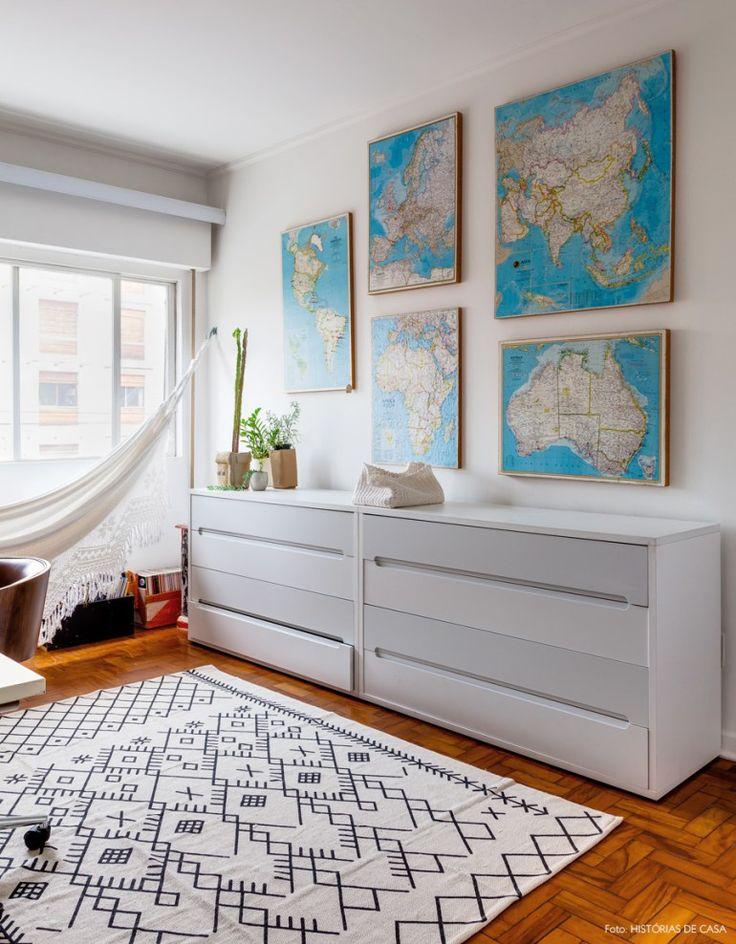 Viajantes assíduos, os donos desse apê fizeram quadros de cortiça com mapas dos diferentes continentes.