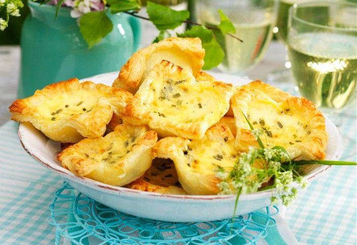 Små men naggande goda smördegspajer med härlig fyllning av både ädelost och vanlig ost. Ät dem varma eller kalla.