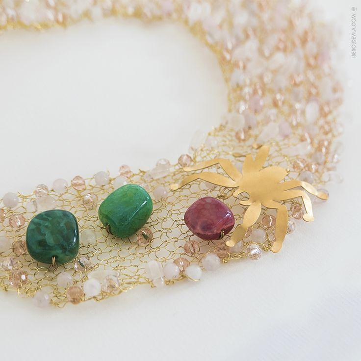 Collar realizado en hilo de latón, cuarzo transparente y rosa y ágata rosa. Está adornado con ágatas de colores y pieza de latón bañada en oro de 24k. Cierre de plata bañada en oro. REF. CM_21