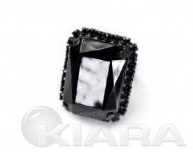 Klasyczny pierścień z Jablonexu, forma geometryczna, błyszczący duży kamień z błyszczącego szlifowanego kryształu, otoczony drobnymi kryształowymi oczkami oprawione w metal. Regulowana obrączka do założenia na dowolny palec.