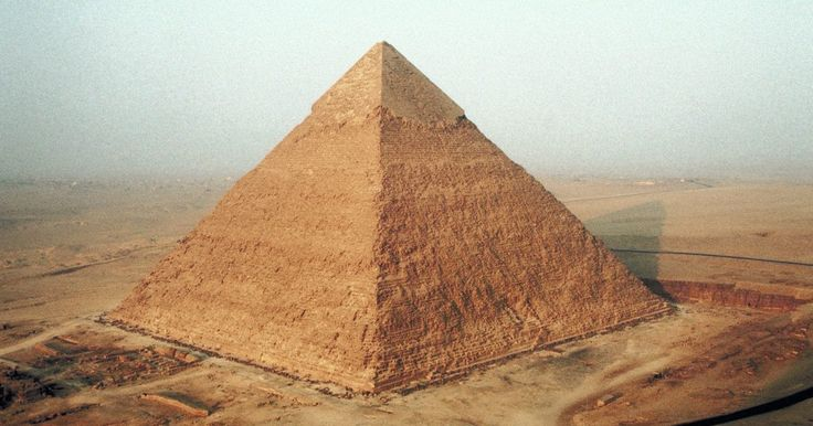 Como fazer uma pirâmide de cartolina e areia. Inspire-se nos egípcios antigos quando você fizer uma pirâmide de cartolina e areia e construa um modelo da grande pirâmide de Gizé. Embora não possa replicar o tamanho imenso para um projeto escolar, você pode construir uma pirâmide com quatro lados e uma base em um suporte de areia. Você pode encontrar todos os materiais necessários em uma loja ...