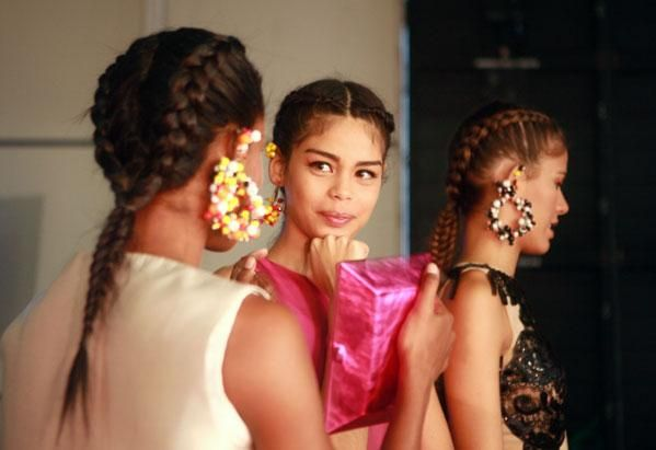 El cabello dividido en dos trenzas  apretadas en las modelos de  Leal Daccarett. Revista Ellas