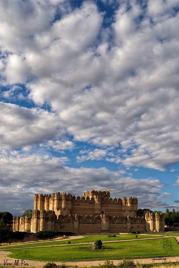 CASTLES OF SPAIN - El castillo de Coca es una fortificación de Segóvia ( Castílla y León) ; fue construido en el siglo XV y está considerado una de las mejores muestras del gótico-mudéjar español. En 1453, Alonso de Fonséca y Ullóa (Arzobispo de Sevilla), obtuvo del rey Juan II de Castílla el permiso real para edificar el castillo. Fue terminado en 1493. A partir de entonces fue residencia palaciega y escenario de importantes eventos históricos políticos-sociales.
