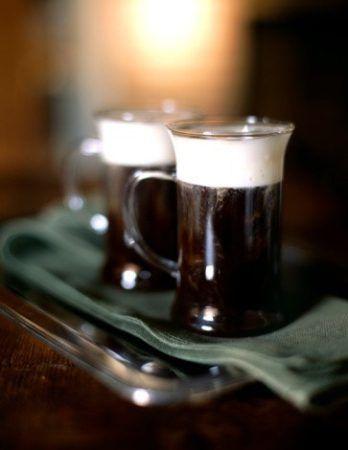 Кофе по‑ирландски (Irish Coffee) https://www.go-cook.ru/kofe-po%e2%80%91irlandski-irish-coffee/  Настоящий маленький праздник для взрослых. Кофе с иралндским виски — лучшее украшение вечернего застолья в выходной день. Имейте ввиду: такой напиток нужно подавать сразу после приготовления. Рецепт кофе по-ирландски Время подготовки: 5 минут Время приготовления: 15 минут Общее время: 20 минут Кухня: Ирландская Тип: Напиток Порций: 6 Ингредиенты Четверть стакана сливок и столько же сахара ……