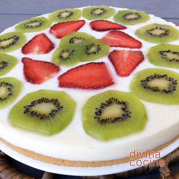 Esta receta de tarta de yogur es muy sencilla, sin horno ni complicaciones, y puedes jugar con los sabores en la decoración. Nosotros hemos puesto kiwi y fresas, pero puedes poner piña, melocotón... o galleta molida, miel, mermelada de higos... a tu gusto.