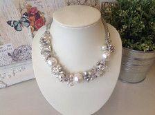 Favolosa crema perla collana. Grappoli di diamantes e piccole perle. Diamornd a forma di diamantes. Catena color argento. Estensione su catena.