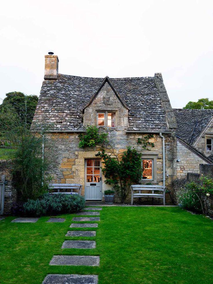 In questo reportage del magazine House & Garden il cottagesettecentesco nel Cotswolds (Inghilterra) della designer Caroline Holdaway e del suo compagno, il fotografo Fatimah Namdar: uno splendido rifugio doveassaporare nei fine settimana la pace e la tranquillità della campagna inglese, lontan