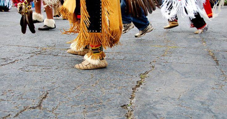 Cómo hacer un disfraz de indio sencillo para un niño. De acuerdo con Indians.org, la ropa del indio nativo americano es de gran importancia para la cultura y la historia americana. El sitio web afirma que tejidos, abalorios y el uso de plumas juegan un papel integral en la vestimenta del nativo americano y que este tipo de ropa fue usada comúnmente durante especiales ceremonias religiosas y ...