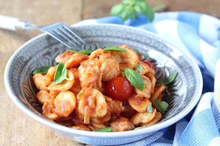 Deze makkelijke pasta met ansjovis, tomaat en basilicum is heerlijk voor het hele gezin. Bekijk hier het recept en meer receptinspiratie met ansjovis. // Francesca Kookt