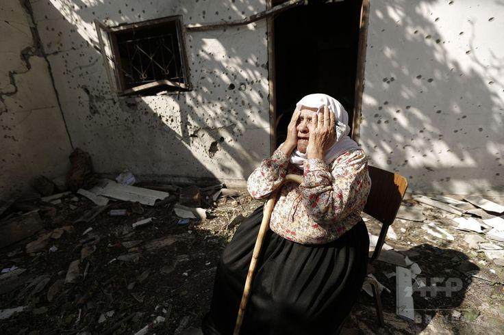パレスチナ自治区ガザ地区(Gaza Strip)南部のジャバリア(Jabalia)で、イスラエル軍に自宅を攻撃され家族3人を失い嘆き悲しむ女性(2014年8月3日撮影)。(c)AFP/MOHAMMED ABED ▼4Aug2014AFP イスラエル、ガザで7時間の「人道的停戦」へ http://www.afpbb.com/articles/-/3022189 #Jabalia
