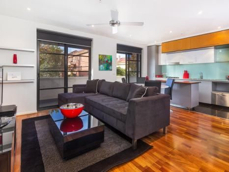 21/220 Barkly Street, St Kilda, Melbourne. A luxury St Kilda apartment suite offers two bedrooms in a fantastic Melbourne location. Stylish in its design with lots of natural light and a balcony overlooking Mitford St this boutique accommodation is perfect for short stays or extended accommodation.  This apartment comes with the maximum possible pay TV (Foxtel) package, ie, you have access to all possible channels.