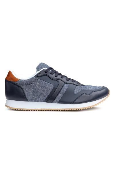 Vászon-műbőr tornacipő elején fűzővel, necc talpbetéttel és -béléssel, recés gumitalppal.