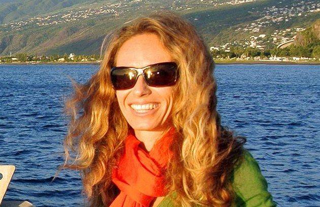 """Libuše Andrtová (dnes Cyprien) z Chomutova procestovala půlku zeměkoule. Před 12 lety jela hledat velryby do Austrálie. Pak navštívila Fidži, Tahiti a další polynéské ostrovy. Nakonec se usadila se svým manželem na francouzském ostrově Réunion v Indickém oceánu. """"Žiju svůj sen,"""" říká."""
