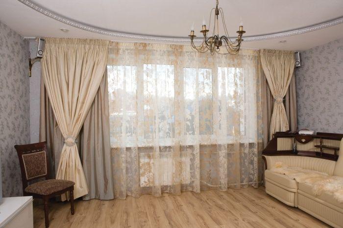 Аристократические кремовые шторы в гостиной.