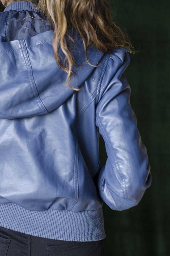 Chaqueta de cuello sintético con capucha remomible, cremallera frontal, con bolsillos laterales, color azul; Forro en poliester.
