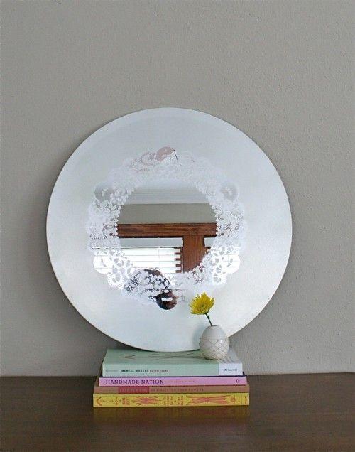 Come realizzare un simpatico specchio shabby da parete con i centrini di carta