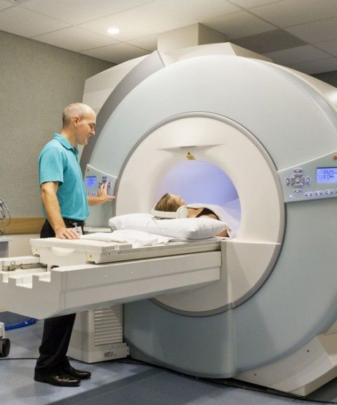 exposição média anual de radiação de uma pessoa a fontes naturais é de cerca de 3,1 mSv.  radiografia de tórax=0,014 mSv ⇒ três dias de radiação natural  raio-X do abdômen = 0. 7 mSv ⇒ 4 meses de radiação natural    tomografia de crânio = 2 mSv ⇒1 ano de exposição à radiação natural.