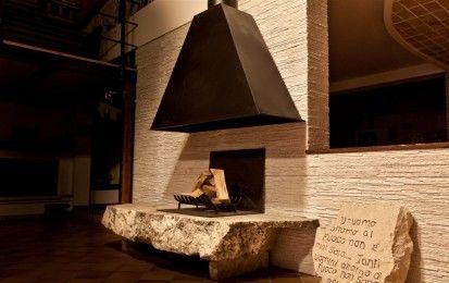 Camini in pietra: da rustici a moderni i modelli più belli per una casa calda e accogliente - Da rustici a moderni ecco i modelli più belli di camini in pietra per una casa calda e accogliente.