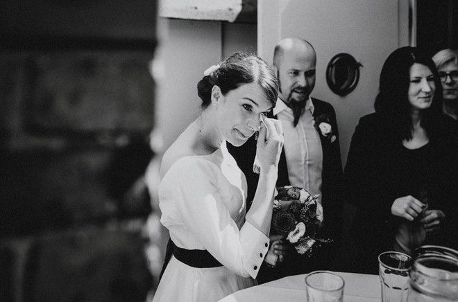 noni- Hochzeit in der Strandperle in Hamburg, mit wadenlangem Brautkleid mit Ärmel (www.noni-mode.de - Foto: Hafenliebe Hochzeitsfotografie)