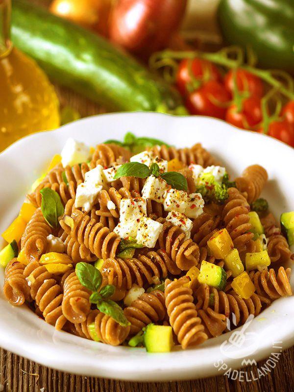 Insalata di pasta integrale con verdure e feta: un piatto a base di ortaggi salutari (peperoni, zucchine e broccoli). Il tutto condito con formaggio greco!