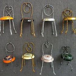 Hosanna Houser maakt al jaren kleine stoeltjes van het kapje en het ijzerdraad van champagneflessen. Onder het 'zitje' schrijft ze wanneer de fles...