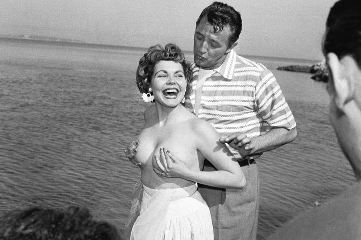 Simone Silva fait tomber le haut sous le regard du beau Robert Mitchum, en 1954.
