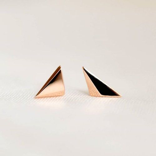 LIMITED EDITION GOLD EARRINGS! Sign up to our newsletter and get first chance to buy our new VERY limited edition earrings. Subscribers will also get a 10% off code so you can have these delicate gold earrings for under £100. A perfect gift for anyone who likes to look sharp ⚡ with enough change left over for a card  . . #linkinbio #ISLEjewellery #limitededition #rosegold #giftsforher #quietlyconfident #finejewellery #finejewelry #goldsmith #irishdesign #belfast #Tokyo #ireland #japan…