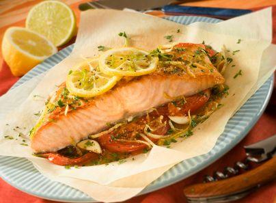 Una receta fácil de preparar de salmón enpapelado con una salsa de vino blanco, limón y echallot.