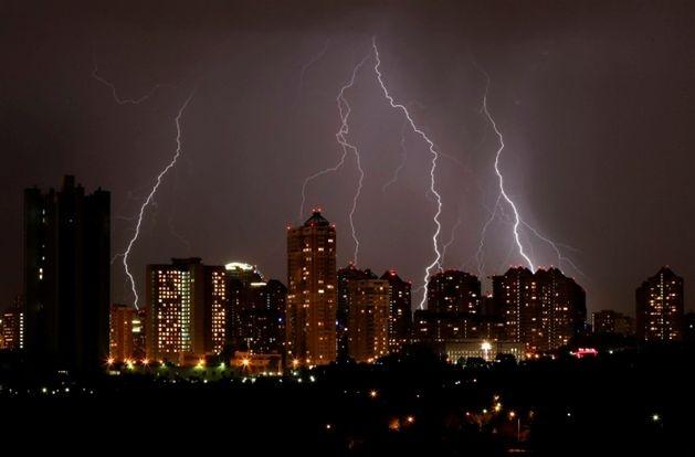 15 maja. Gwałtowna burza nad Moskwą (fot. EPA/YURI KOCHETKOV/PAP)