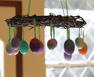 I saw this on a blog from a Homeschooling Mom of 5 kids. Sweet Easter decoration, very typical Waldorf style.  I love this!