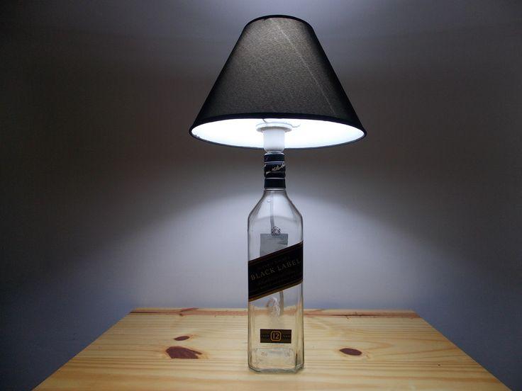 abajur feito com garrafa de whisky Black Label  com cúpula preta, bocal E 27 para lâmpada comum.  acompanha lâmpada branca ou amarela de 8w  cabo de 2 metros com interruptor.  prazo para envio 5 dias úteis