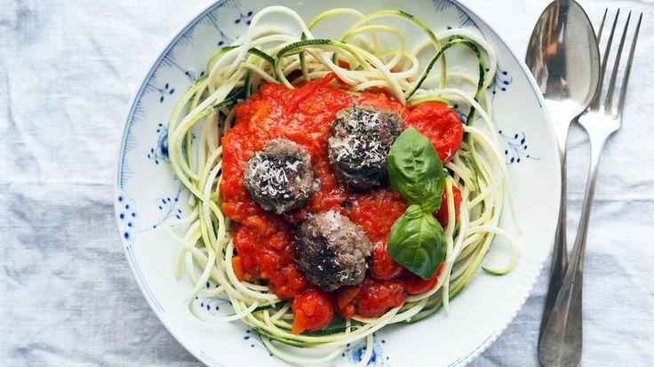 I denne oppskriften har jeg byttet ut vanlig spagetti med squash i tynne strimler. Strimlene kan du lage med et redskap kalt «spiralizer» eller et enkelt «julienne-jern».     Et annet alternativ er å skjære squashen i tynne skiver først før så å kutte skivene i strimler.    Squashen trenger ikke varmebehandles. Den smaker utmerket godt rå sammen med basilikumkjøttboller og en enkel tomatsaus.